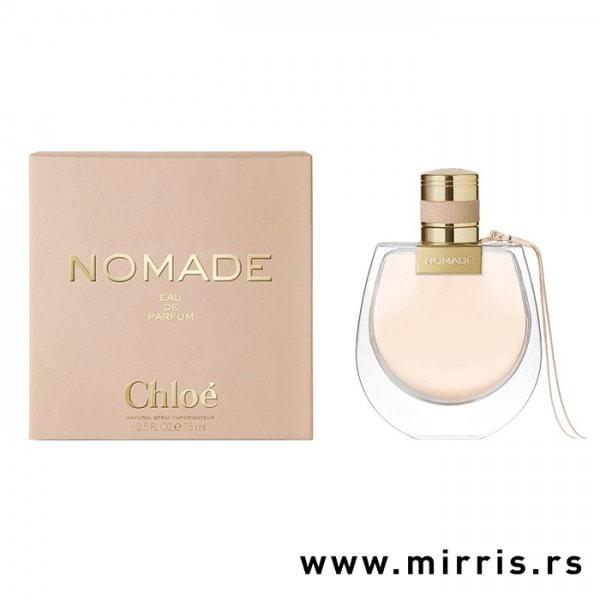 Roze boca parfema Chloe Nomade pored originalne kutije