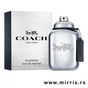 Srebrna bočica parfema Coach Platinum pored srebrne kutije