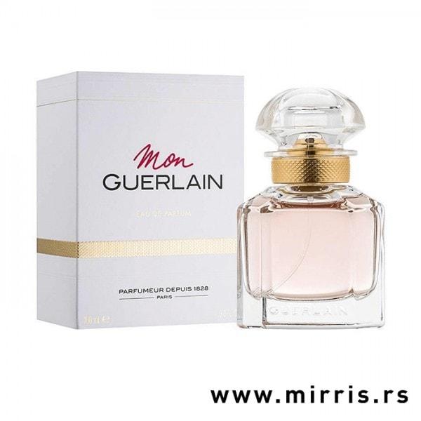 Roze bočica originalnog parfema Guerlain Mon Guerlain pored kutije bele boje