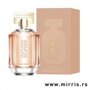 Roza bočica originalnog mirisa Hugo Boss The Scent For Her pored kutije roze boje