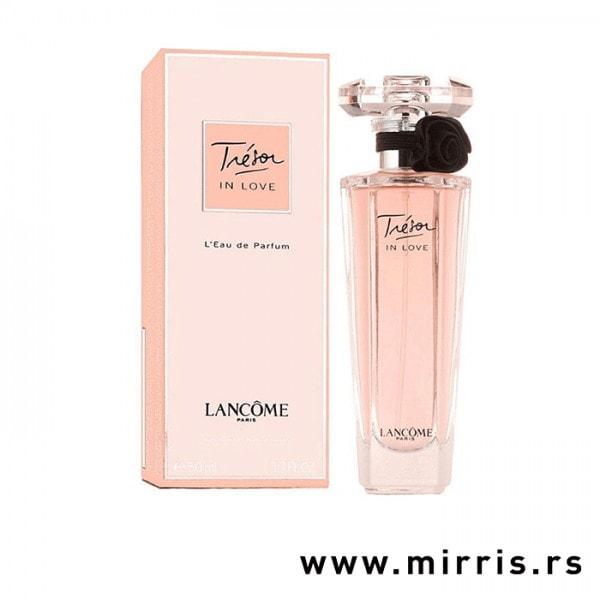 Roza bočica mirisa Lancome Tresor In Love pored originalnog pakovanja