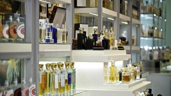 Bočice niche parfema na policama