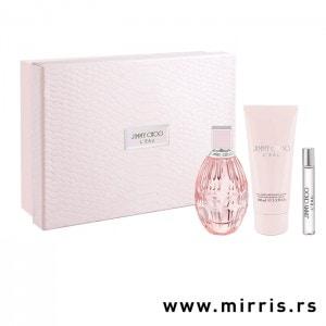 Boca parfema, dekant i losion za telo immy Choo L'eau pored roze kutije