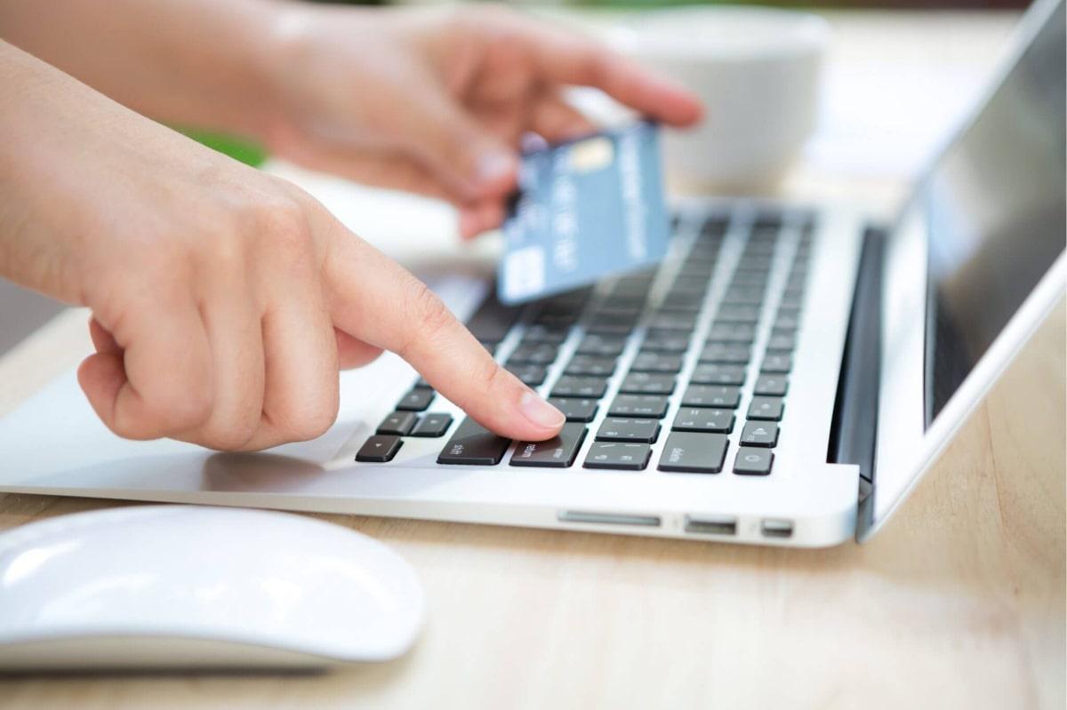 Online kupovina parfema preko kompjutera